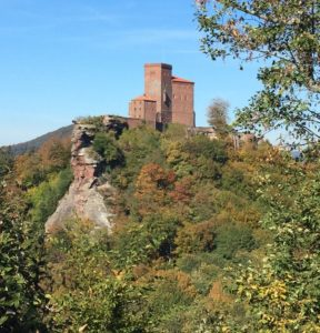 Blick zur Burg Trifels.