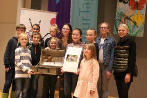 Die Kindergruppe des BUND Maulbronn erhält ihre Preise und Urkunden. BUND-Landesvorsitzende Dahlbender vergibt die Preise. Foto BUNDjugend BW Angela Koch