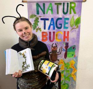 Maskottchen Manfred Mistkäfer mit dem Naturtagebuch von Lilith Wemßen, Fotoː BUNDjugend BW