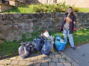 11 gefüllte Taschen und Tüten fanden wir bereits nach wenigen Metern am Klosterberg.
